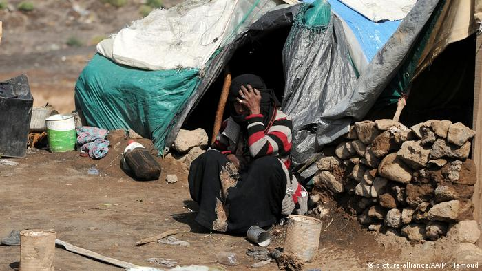 A person sits in front of a makeshift tent at Darwan refugee camp in Amran north of Sana (picture-alliance/AA/M. Hamoud)