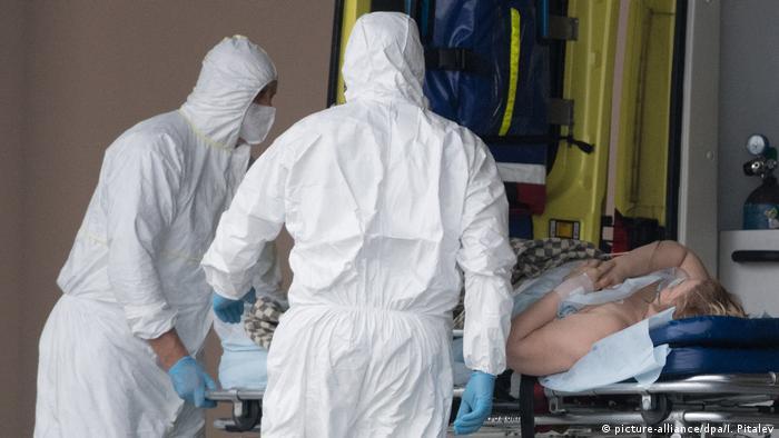 Ein Corona-Patient wird in ein Moskauer Krankenhaus eingeliefert