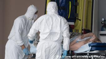 Двое врачей и больная на каталке в московской городской клинической больнице № 40 в Коммунарке