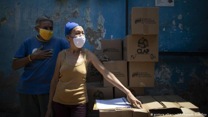 Venezuala Caracas | Coronavirus | Passanten mit Mundschutz (picture-alliance/AP Photo/A. Cubillos)