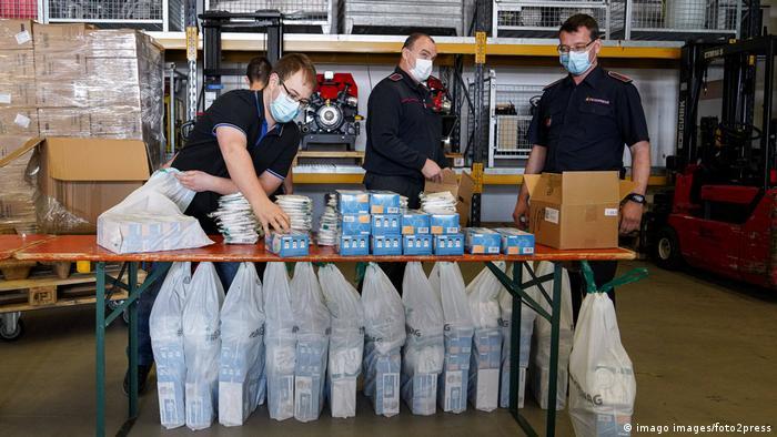 هايدلبرغ- مساعدون يجهزون حصص الكمامات الواقية من كورونا لتوزيعها على المعنيين. (أرشيف)