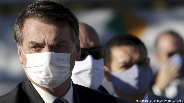 O presidente Jair Bolsonaro de máscara