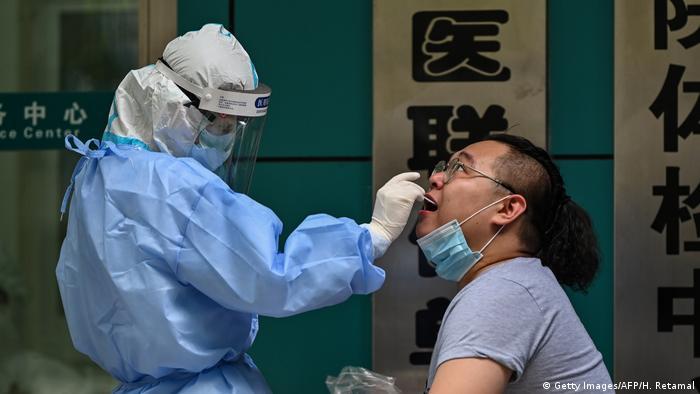 في الصورة إجراء اختبار في مدينة ووهان مهد الفيروس.