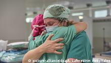 19.04.2020, Spanien, Barcelona: Zwei Krankenschwestern mit Masken umarmen sich am Internationalen Tag der Pflege in einem Krankenhaus während der Corona-Krise. Foto: Álvaro Laforet / Hm Hospitales/EUROPA PRESS/dpa +++ dpa-Bildfunk +++ |