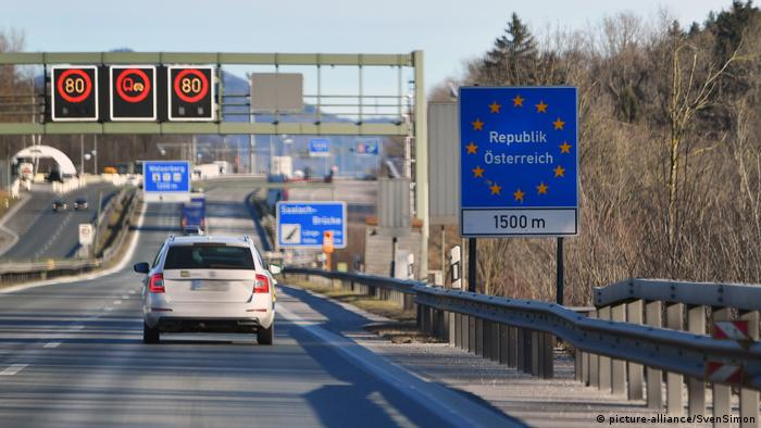 Motorway at the border crossing between Germany and Austria (picture-alliance/SvenSimon)