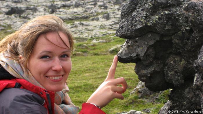 Elisabeth and a rock shaped like a troll in Iceland (DW/E. Y v. Wartenburg)