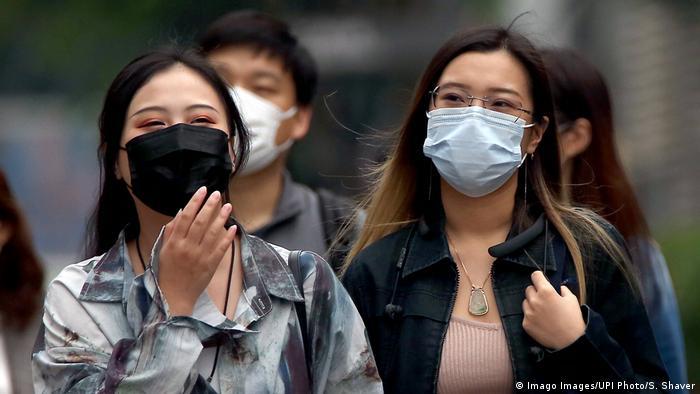 Mujeres con mascarilla en Pekín.