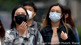 Asiatische Menschen mit Mundschutz