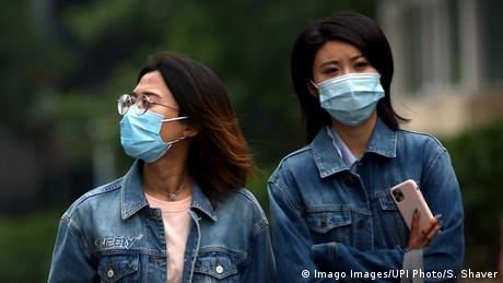 Symbolbild Asiatische Menschen mit Mundschutz (Imago Images/UPI Photo/S. Shaver)