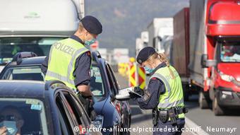Полиция проверяет документы у автомобилистов