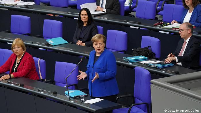 ميركل أثناء ردها على أسئلة النواب حول كورونا والتجسس على البرلمان.