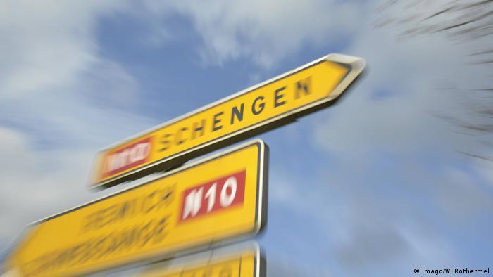 Wegweiser Schengen am Ortseingang von Schengen in Luxemburg