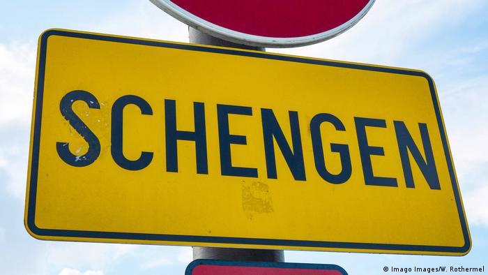 Дорожный знак с надписью Шенген