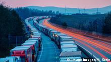 Stau auf der A4 Megastau auf der Autobahn A4 in Richtung Görlitz in Höhe der Königshainer Berge. Tausende LKW stauen sich auf über 25 Kilometer bis zur deutsch-polnischen Grenze in Görlitz. Durch verschärfte Grenzkontrollen zwischen Deutschland und Polen am Grenzübergang Ludwigsburg gibt es den enormen Rückstau. *** Traffic jam on the A4 motorway Megaconges on the A4 motorway towards Görlitz at the height of the Königshain mountains Thousands of lorries pile up over 25 kilometres to the German-Polish border in Görlitz Tightened border controls between Germany and Poland at the Ludwigsburg border crossing have created the enormous backlog