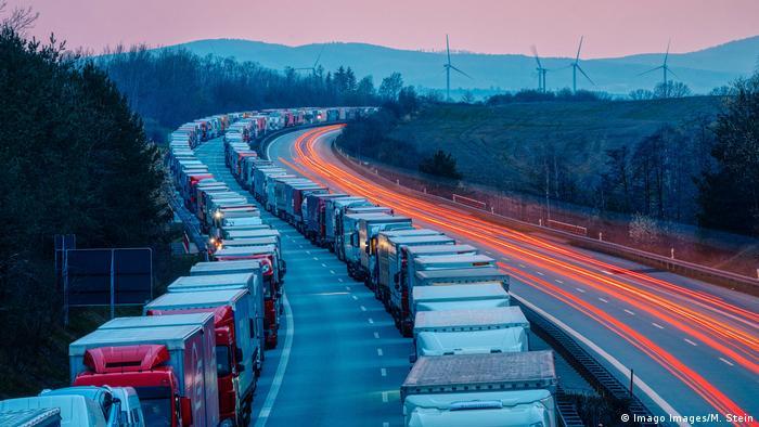 Korek samochodów ciężarowych po zamknięciu granicy polsko-niemieckiej w 2020 r.