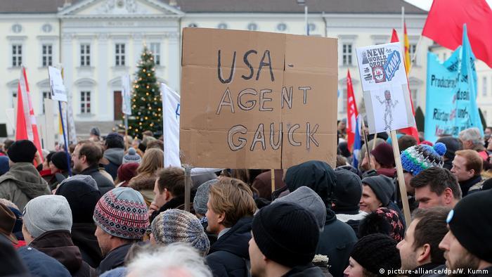 Archivbild | Berlin | Demonstration unter dem Motto Verantwortung für unser Land heißt: Nein zu Krieg und Konfrontation