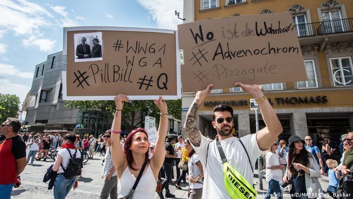 Deutschland München | Etwa 3000 Menschen protestieren gegen Corona-Auflagen mit teils Verschwörungstheoretischem Hintergrund