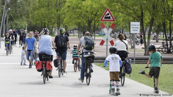 Люди едут на велосипеде в одном из парков Берлина