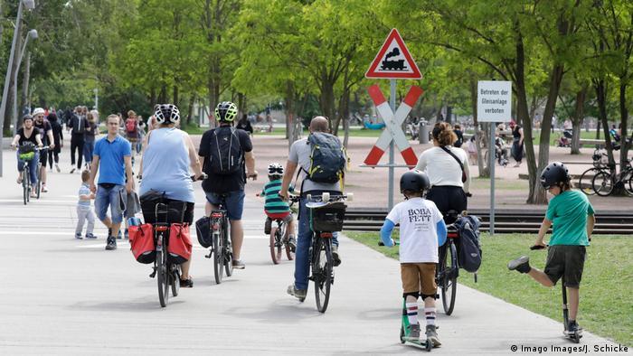 Brojni biciklisti na cesti u Berlinu