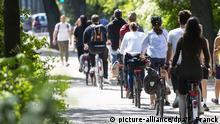 Radfahrer am 09. Mai 2020 an der Außenalster in Hamburg.   Verwendung weltweit