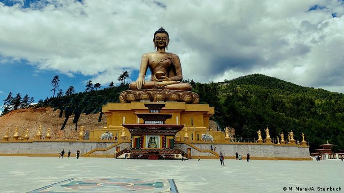 Позлатената статуя на Буда в бутанската столица Тхимпху е място за поклонение на будисти от цял свят. Статуята с височина 50 метра е издигната по случай 100-годишния юбилей на управляващата династия Вангчук. В постамента на статуята се намира просторна молитвена зала със 100 000 позлатени миниатюрни статуи на Буда.