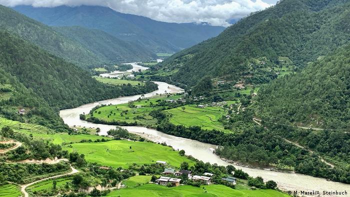 Зеленият цвят е може би най-характерният за пейзажите в Бутан. Както тук, в долината на Пунакха, където се отглеждат ориз и зеленчуци. Благодарение на отчасти субтропическия климат земеделците прибират реколта до три пъти годишно. Всички те работят предимно за задоволяване на собствените си нужди. Всеки жител на Бутан има право на парче земя, която да обработва.