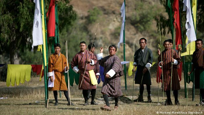 Жителите на Бутан обличат народни носии не само по празници. И в свободното си време, например когато се отдават на националния спорт Куру, те с охота носят традиционните бутански одежди.