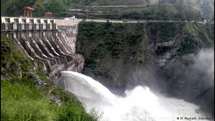 Със своите високи планини, безброй реки и глетчери Бутан е идеалното място за водни електроцентрали. Централата Чукха с нейните 336 мегавата мощност дълго време беше най-голямата в страната. Днес номер едно е централата Тала с 1020 мегавата. Изграждането ѝ е финансирано от Индия, където отива и цялата електроенергия. Една трета от държавните приходи на Бутан са от износа на ток за Индия.