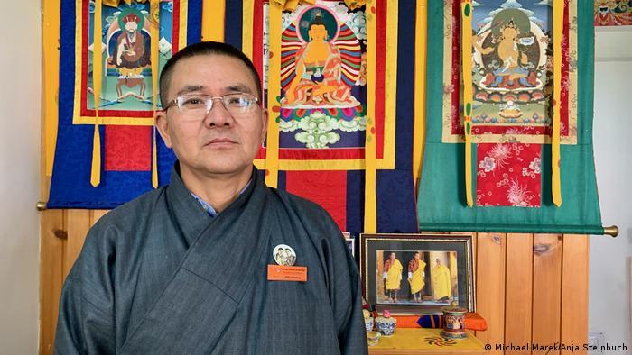Дорджи Драдхул е на практика министър на туризма на Бутан. А това означава, че отговаря за втория по важност източник на приходи. Всяко туристическо пътуване в страната задължително е предварително организирано, като на ден от туристите се изисква такса в размер на 250 долара, която включва нощувка, транспорт и екскурзовод. Така Бутан предотвратява масовия туризъм.