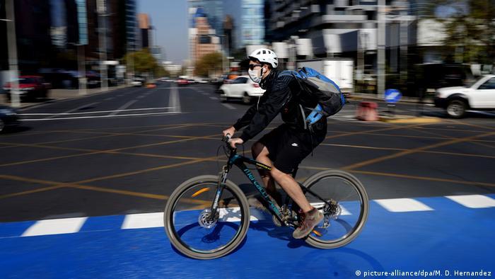 Chile | Radfahrer mit Munschutz in Santiago