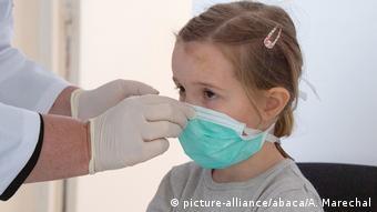 Oι γιατροί θεωρούν ότι η χρήση μάσκας θα πρέπει να είναι υποχρεωτική ήδη από τις τάξεις του δημοτικού