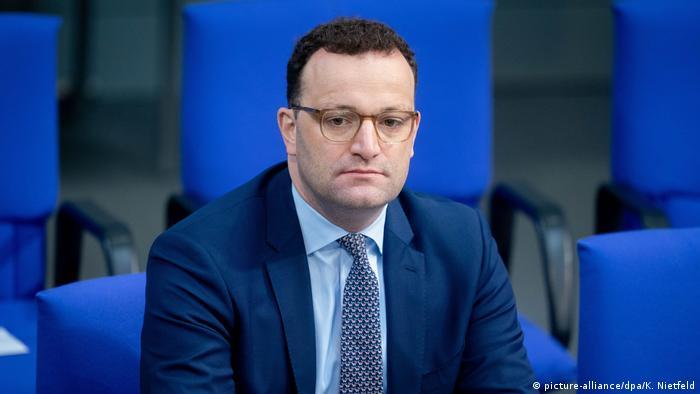 Deutschland | Coronakrise | Bundestag | Jens Spahn (picture-alliance/dpa/K. Nietfeld)
