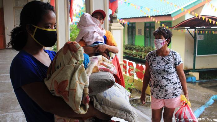 El primer tifón de la temporada, Vongfong, tocó tierra el jueves en la isla de Samar, extremo este de Filipinas, cuando el país se prepara para el inicio paulatino de la desescalada de la cuarentena por la COVID-19. Alrededor de 400.000 personas han sido evacuadas de sus casas en zonas bajas y costeras en las provincias de Samar Oriental y Samar Norte. (14.05.2020).