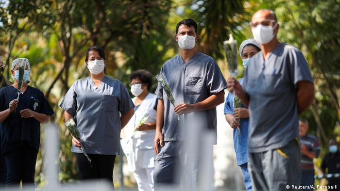 Бразильскі медпрацівники у Сан-Пауло під час прощання з медсестрою, яка померла від хвороби, викликаної коронавірусом