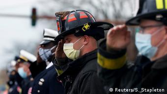 Foto de bomberos estadounidenses durante entierro de uno de ellos a causa de coronavirus