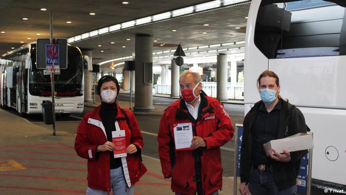 Cătălina Guia în timpul unei acţiuni de informare a sezonierilor la aeroportul din Düsseldorf în primăvara anului 2020