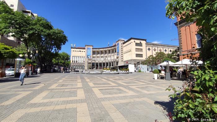 Площадь Азнавура в Ереване