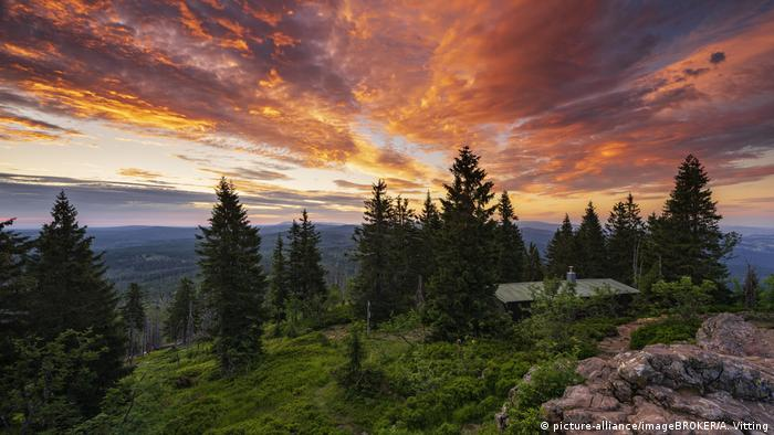 Sunrise with mountain panorama, Bavarian Forest, Germany (picture-alliance/imageBROKER/A. Vitting)