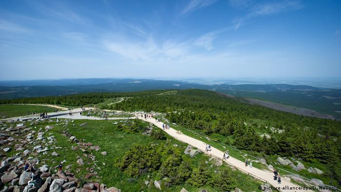Una zona popular para el senderismo es el macizo del Harz. El pico más alto es el Brocken, de 1.141 metros. Por el momento, solo se puede subir como lo hizo Goethe alguna vez: a pie.