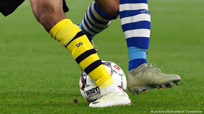 Borussia Dortmund and Schalke players' socks (picture-alliance/dpa/I. Fassbender)