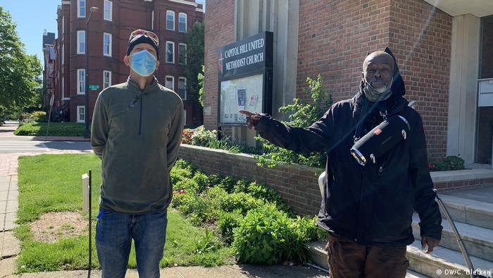 Der Helfer Rob Farley mit dem wohnungslosen Ernest Contee vor der Kirche