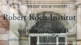 Berlin Eingang Robert-Koch-Institut Schriftzug (picture-alliance/Winfried Rothermel)