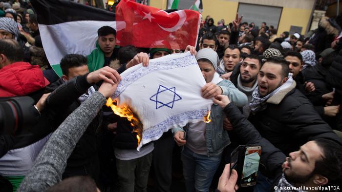 Demonstranti u Berlin pale zastavu sa Davidovom zvijezdom