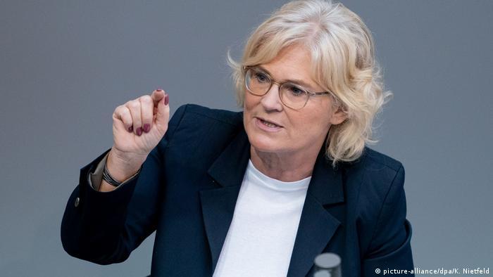 Christine Lambrecht, die Bundesministerin der Justiz und für Verbraucherschutz bei einer Rede (picture-alliance/dpa/K. Nietfeld)
