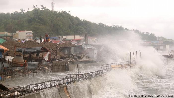 Philippinen Taifun Vongfong (picture-alliance/AP Photo/S. Sayat)