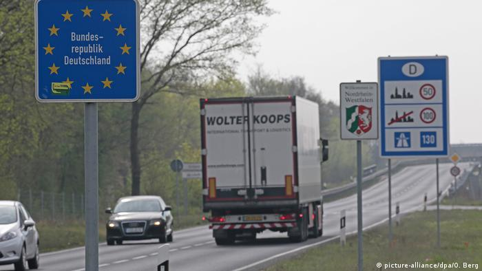 Motorway at the border between Germany and the Netherlands (picture-alliance/dpa/O. Berg)