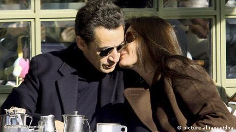 Frankreichs Ex-Präsident Nicolas Sarkozy und seine Frau Carla Bruni beim Kaffeetrinken (picture-alliance/dpa)