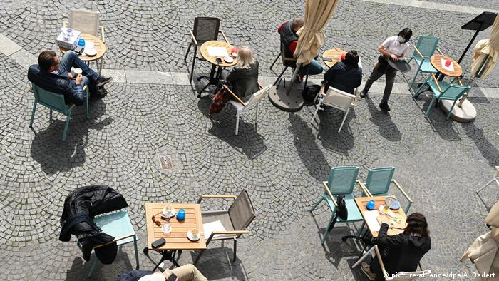 A cafe terrace in Mainz (picture-alliance/dpa/A. Dedert)