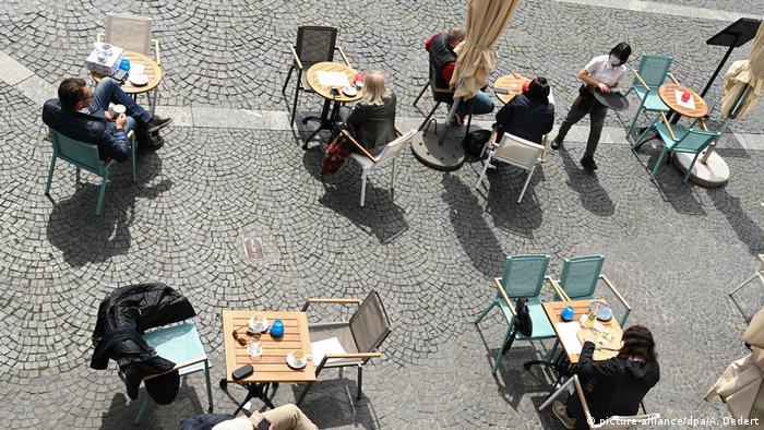 Almanya'da restoran ve kafelerde sosyal mesafe kuralı uygulanıyordu
