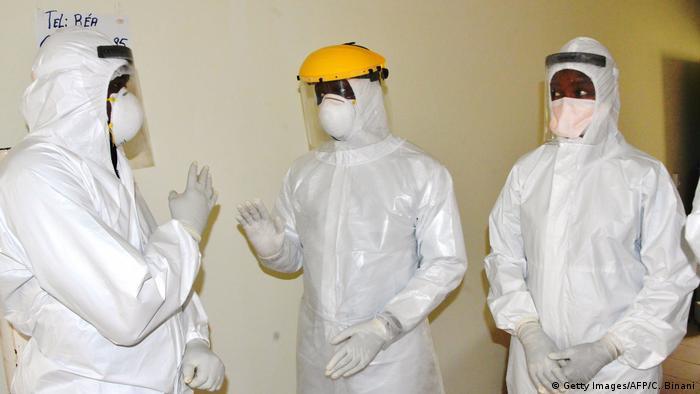 Guinea   Medizinisches Personal mit Schutzkleidung im Donka Krankenhaus in Conakry (Getty Images/AFP/C. Binani)